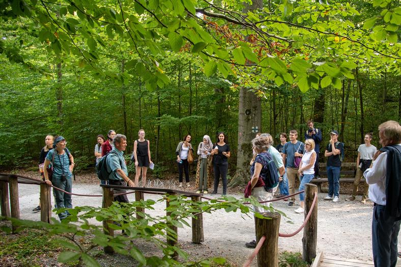 Eine Gruppe von Menschen und Minister Untersteller stehen im Wald.
